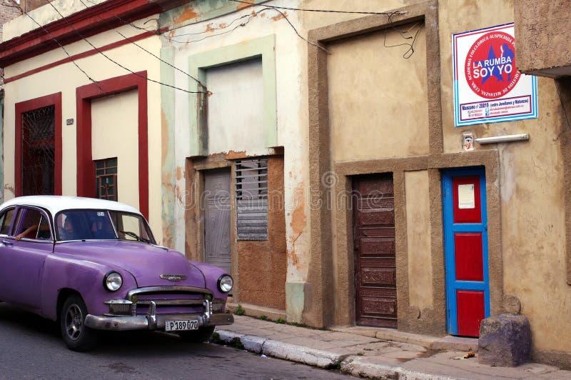 Κλασικό ζωηρό ιώδες αυτοκίνητο χρώματος που σταθμεύουν στην οδό στοκ φωτογραφίες