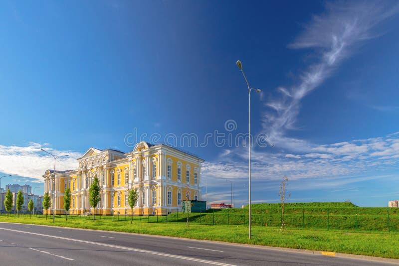 Κλασικό κτήριο σε μια σύγχρονη πόλη στοκ εικόνα
