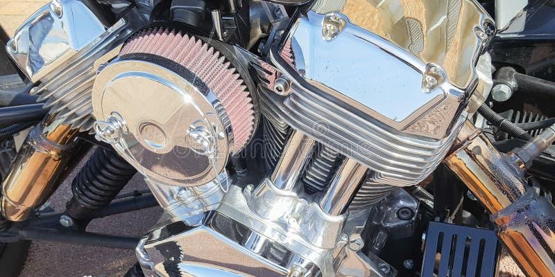 Κλασικό ποδήλατο μηχανών λεπτομέρειας κινηματογραφήσεων σε πρώτο πλάνο φραγμών μηχανών χρωμίου μοτοσικλετών στοκ φωτογραφίες