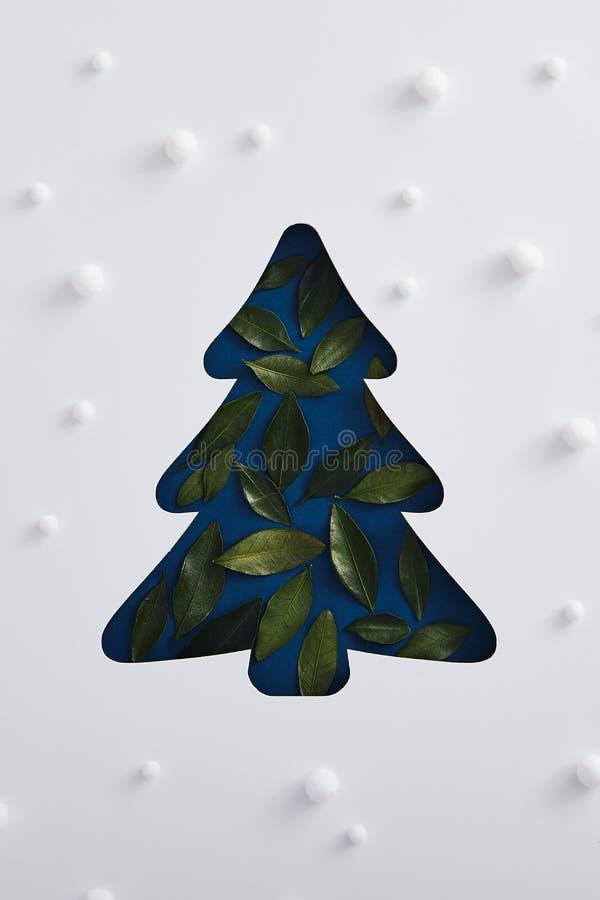Κλασσική μπλε σιλουέτα δέντρου του ζαμπόν, με πράσινο φύλλο και μοτίβο χιονόπτωσης στοκ εικόνα