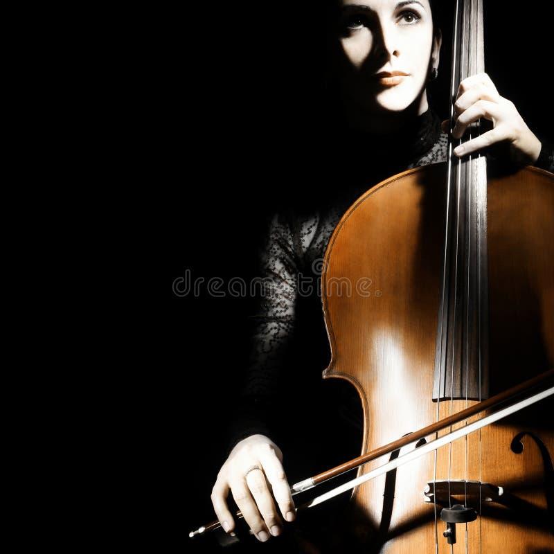 Κλασσικό violoncello παιχνιδιού βιολοντσελιστών μουσικών φορέων βιολοντσέλων στοκ εικόνα