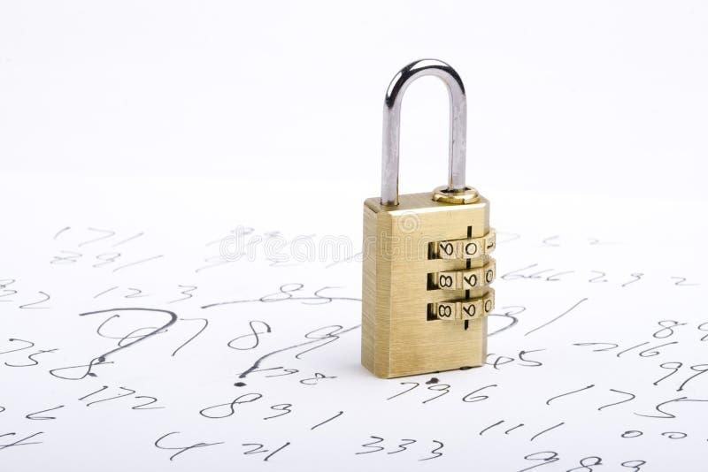 Κλείδωμα συνδυασμού στους κώδικες στοκ εικόνα με δικαίωμα ελεύθερης χρήσης