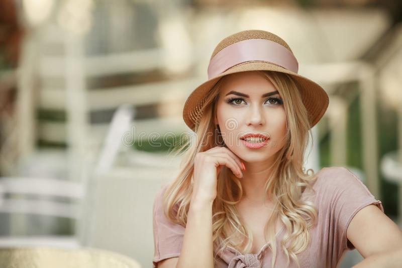Κλείνοντας το μάτι αισθησιακό πρότυπο κορίτσι σχετικά με το πρόσωπό της, καρφιά μανικιούρ, πρόσωπο εφήβων ομορφιάς που απομονώνετ στοκ φωτογραφίες με δικαίωμα ελεύθερης χρήσης