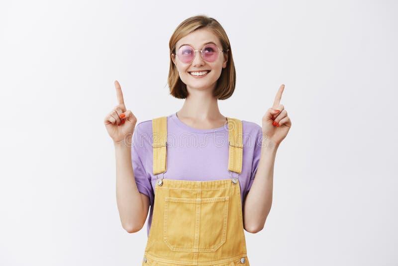 Κλείνοντας το μάτι Θεός κοριτσιών για τη μεγάλη ευκαιρία, που παρακαλείται μετά από την επιτυχή συνέντευξη στη νέα θέση, που στέκ στοκ φωτογραφίες