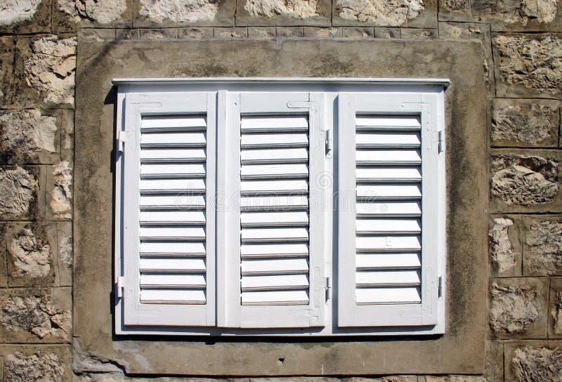 κλείνω με παντζούρια παράθυρο στοκ φωτογραφίες με δικαίωμα ελεύθερης χρήσης