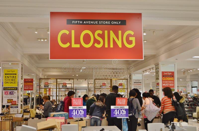 Κλείσιμο Λόρδου Πεμπτών Λεωφόρος NYC και καταστημάτων του Taylor έξω των επιχειρηματιών που αγοράζουν τα ενδύματα και τα παπούτσι στοκ εικόνα