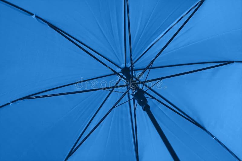 Κλείσιμο μπλε ομπρέλας χαμηλής γωνίας προβολής στοκ εικόνα με δικαίωμα ελεύθερης χρήσης