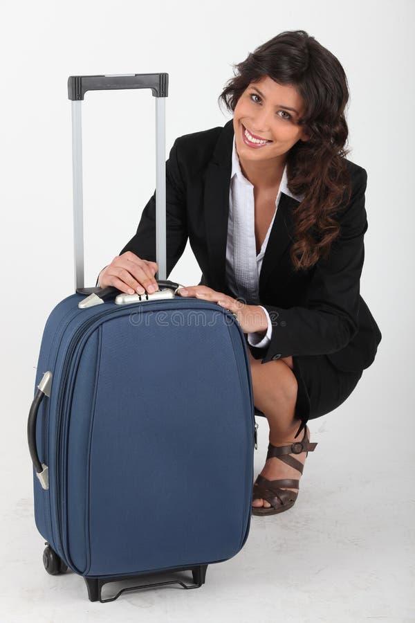 κλείσιμο της γυναίκας αποσκευών της στοκ εικόνα με δικαίωμα ελεύθερης χρήσης