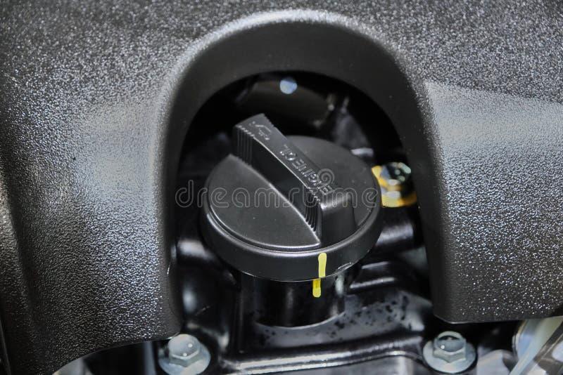 κλείσιμο του καλύμματος του ελαίου του κινητήρα στο μηχανοστάσιο στοκ φωτογραφία