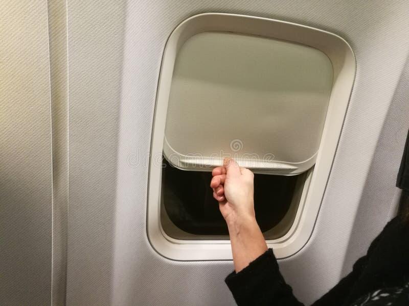 Κλείσιμο του παραθύρου αεροπλάνων στοκ εικόνα