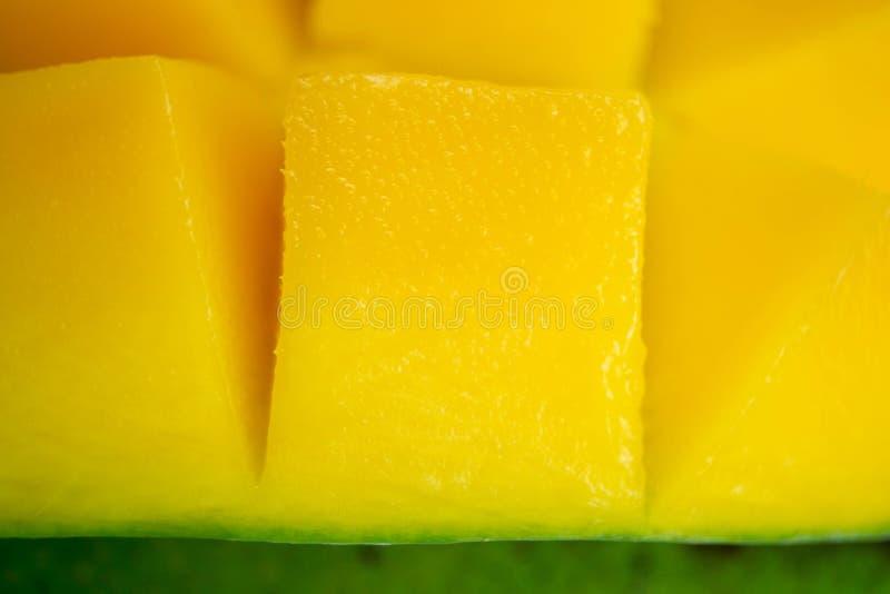 Κλείσιμο του dice yellow mango κομμένου σε κύβους Φόντο στιγμιότυπου μακροεντολής Κομμάτι εξωτικού τροπικού φρούτου στοκ εικόνα με δικαίωμα ελεύθερης χρήσης
