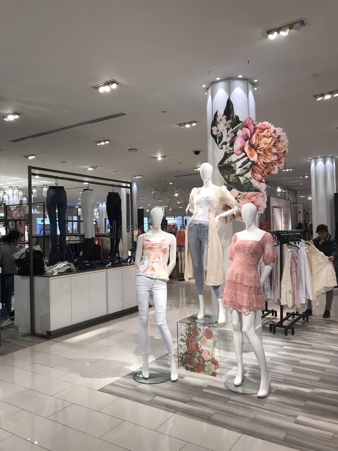 Κλείσιμο Women's στο κατάστημα στοκ φωτογραφία