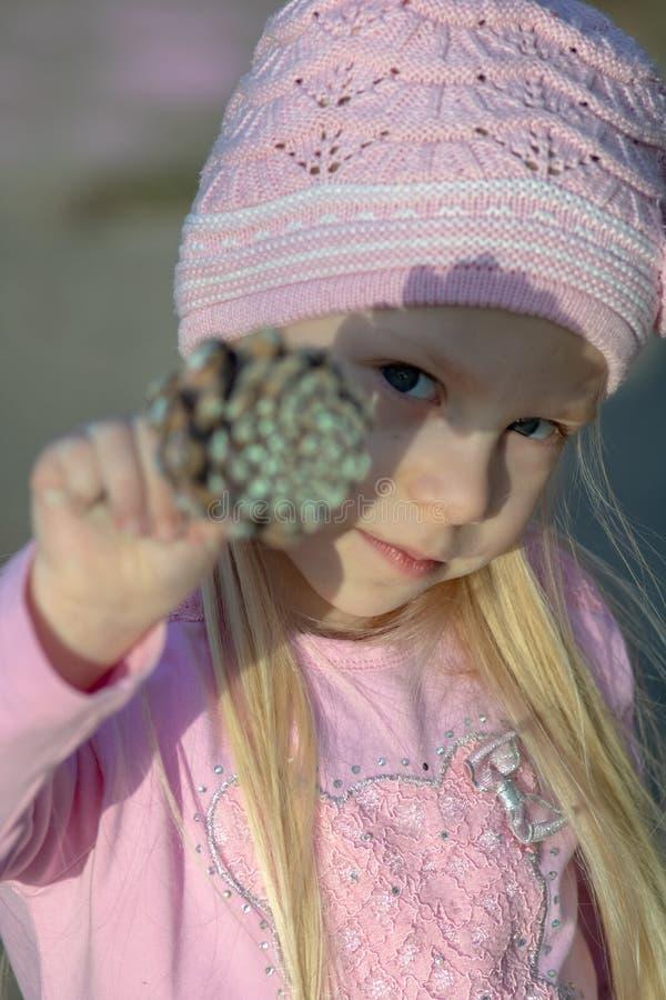 Κλείστε αυξημένος ενός μικρού κοριτσιού στοκ φωτογραφία