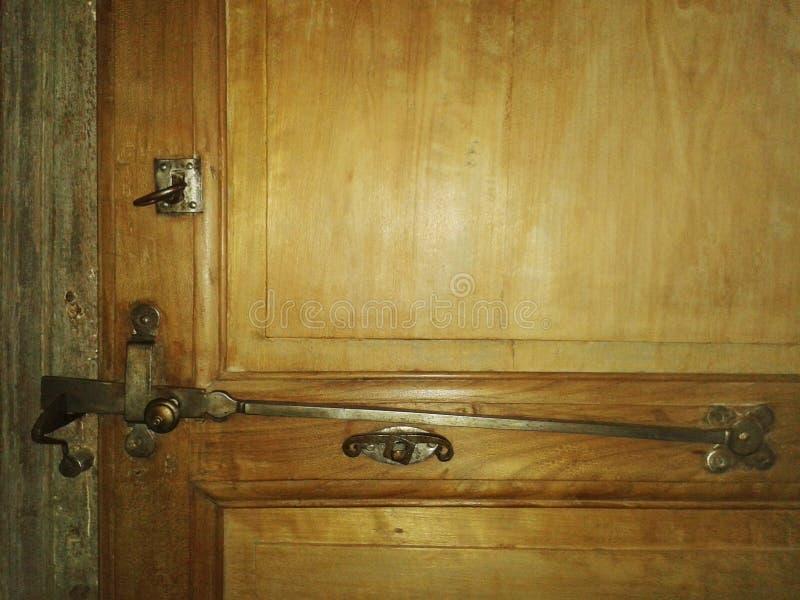 Κλείστε αυξημένος της γαλλικών παλαιών κλειδαριάς και του κλειδιού μετάλλων στην ξύλινη πόρτα ελεύθερη απεικόνιση δικαιώματος