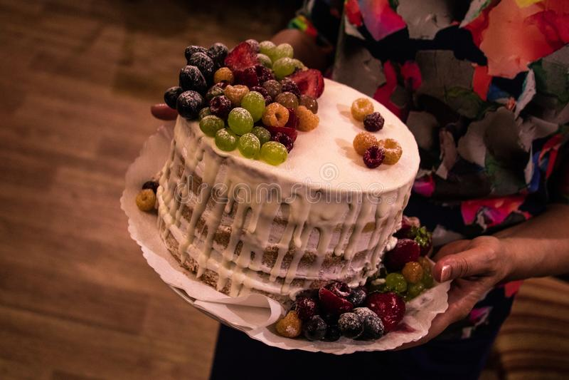 Κλείστε αυξημένος του κέικ γενεθλίων στοκ εικόνα