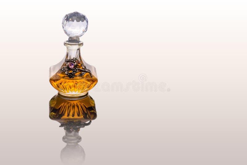 Κλείστε αυξημένος του παραδοσιακού πορτοκαλιού πετρελαίου Perfum Oud πολυτέλειας αραβικού στοκ φωτογραφίες