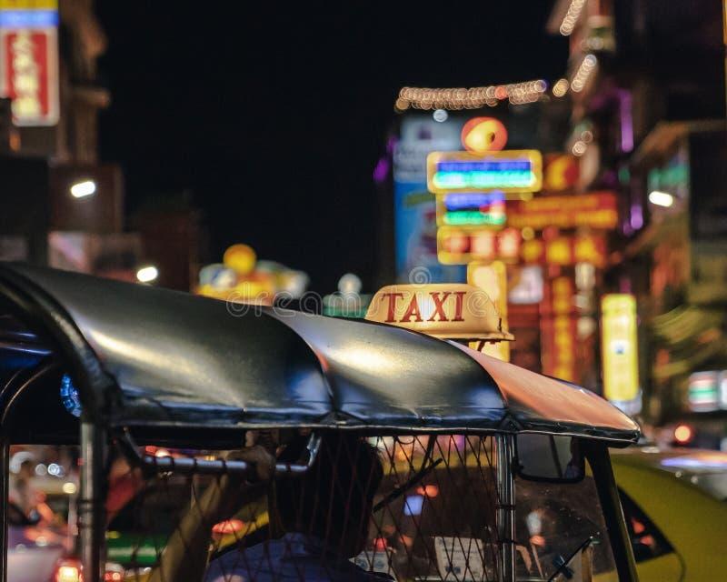 Κλείστε επάνω ένα σημάδι του ταξί στο ταξί Tuk tuk στην αγορά ι νύχτας οδών στοκ εικόνες