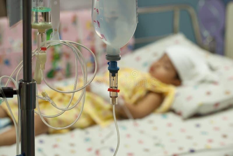 Κλείστε επάνω αλατούχο IV σταλαγματιά για τον ασθενή και την αντλία έγχυσης στο hospita στοκ φωτογραφίες