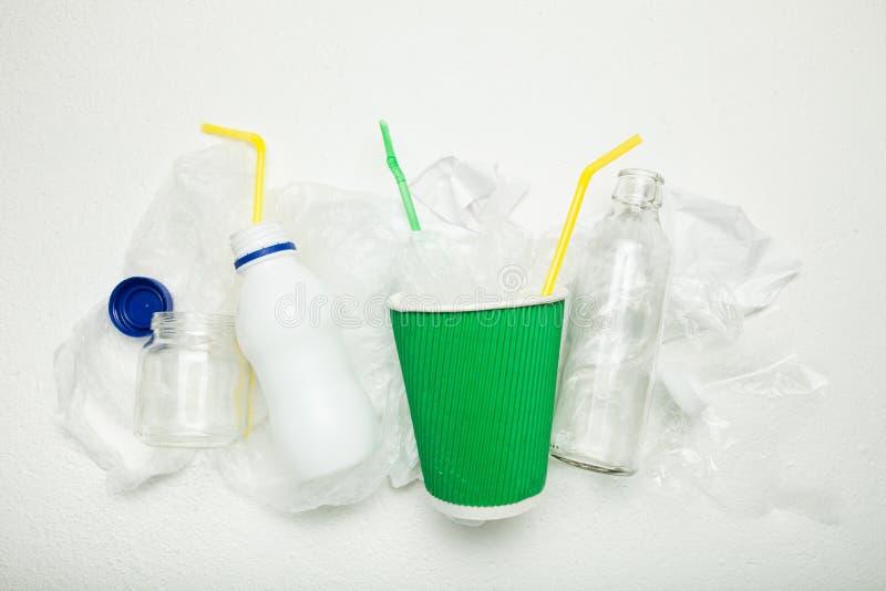 Κλείστε επάνω, απορρίματα Το ανακυκλώσιμο πλαστικό έγγραφο μπορεί στοκ εικόνες