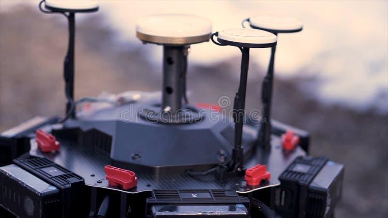 Κλείστε επάνω για τα χέρια εκτελώντας τη συνέλευση της συσκευής για τη μαγνητοσκόπηση quadcopter, σύγχρονη έννοια τεχνολογιών r στοκ φωτογραφίες