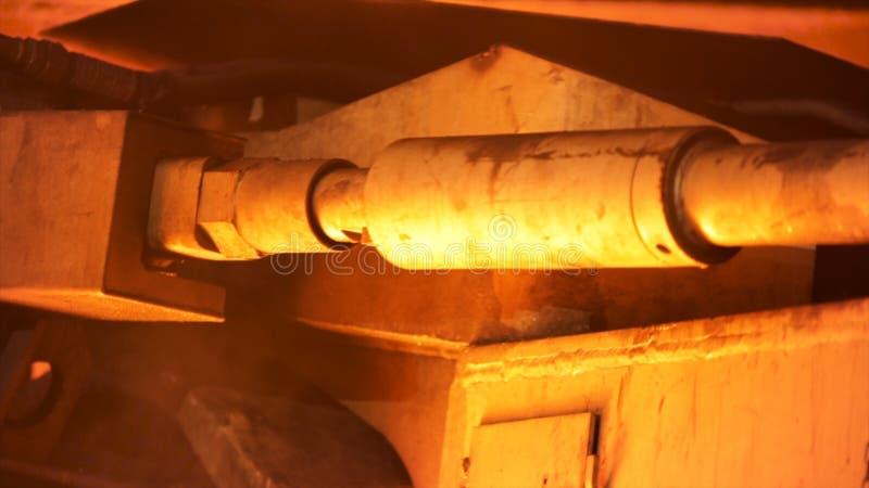 Κλείστε επάνω για τη λεπτομέρεια μηχανισμών, παραγωγή χάλυβα σε μεταλλουργικές εγκαταστάσεις Μήκος σε πόδηα αποθεμάτων Βαριά βιομ στοκ εικόνες με δικαίωμα ελεύθερης χρήσης