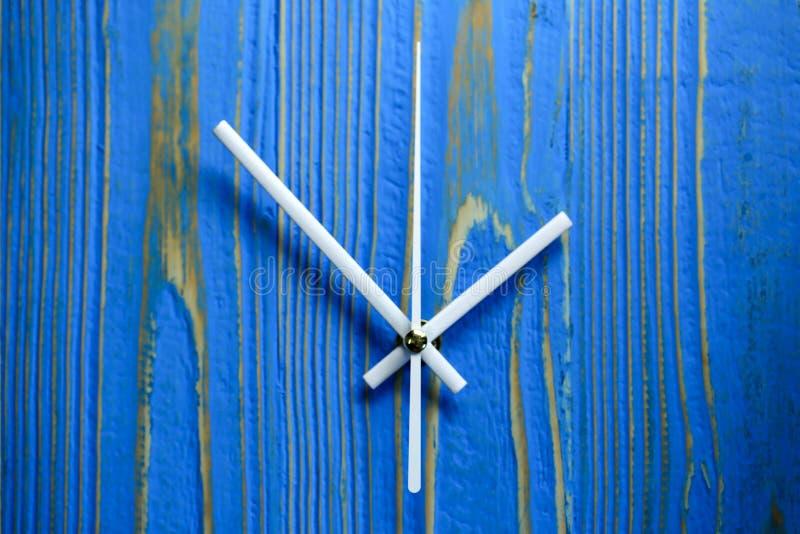 Κλείστε επάνω επάνω δεξιόστροφα στο μπλε ξύλινο υπόβαθρο στοκ φωτογραφίες
