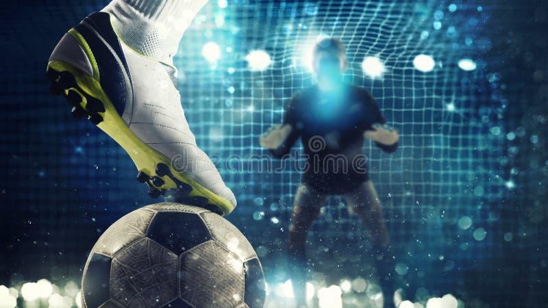 Κλείστε επάνω ενός απεργού ποδοσφαίρου έτοιμου στα λακτίσματα τη σφαίρα στο στόχο ποδοσφαίρου απεικόνιση αποθεμάτων
