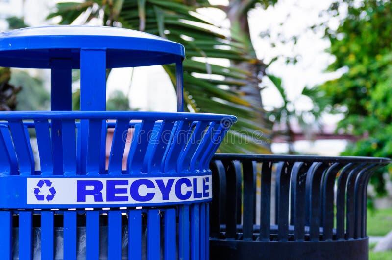 Κλείστε επάνω ενός δοχείου ανακύκλωσης μετάλλων στοκ φωτογραφίες