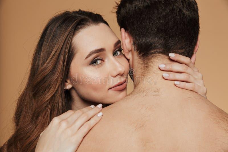 Κλείστε επάνω ενός ελκυστικού αγκαλιάσματος ζευγών γυμνοστήθων αγάπης στοκ εικόνες