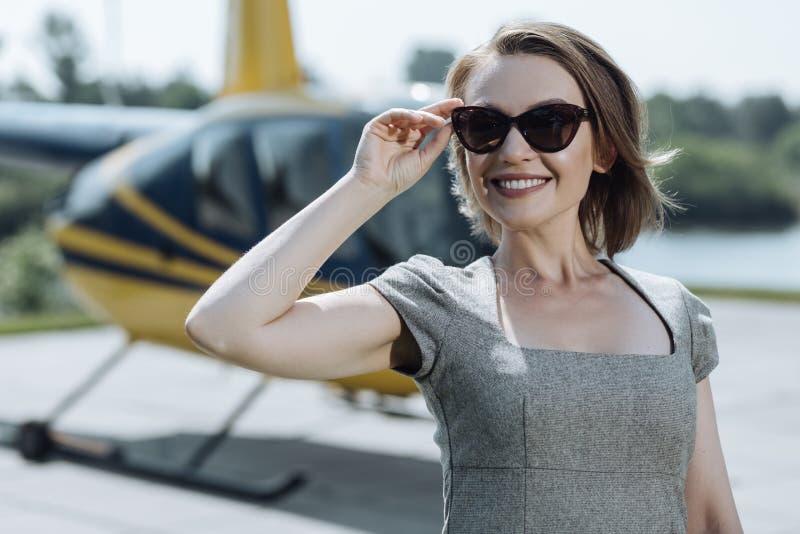 Κλείστε επάνω ενός ευτυχούς θηλυκού ανώτερου υπαλλήλου helipad στοκ εικόνες με δικαίωμα ελεύθερης χρήσης