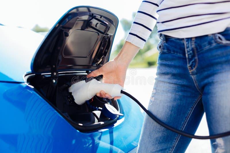 Κλείστε επάνω ενός ηλεκτρο φορτιστή για το αυτοκίνητο στοκ φωτογραφίες με δικαίωμα ελεύθερης χρήσης