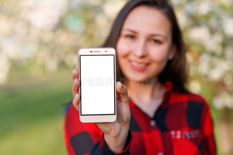 Κλείστε επάνω ενός θηλυκού που παρουσιάζει κενή κάθετη τηλεφωνική οθόνη στην οδό στοκ φωτογραφία με δικαίωμα ελεύθερης χρήσης
