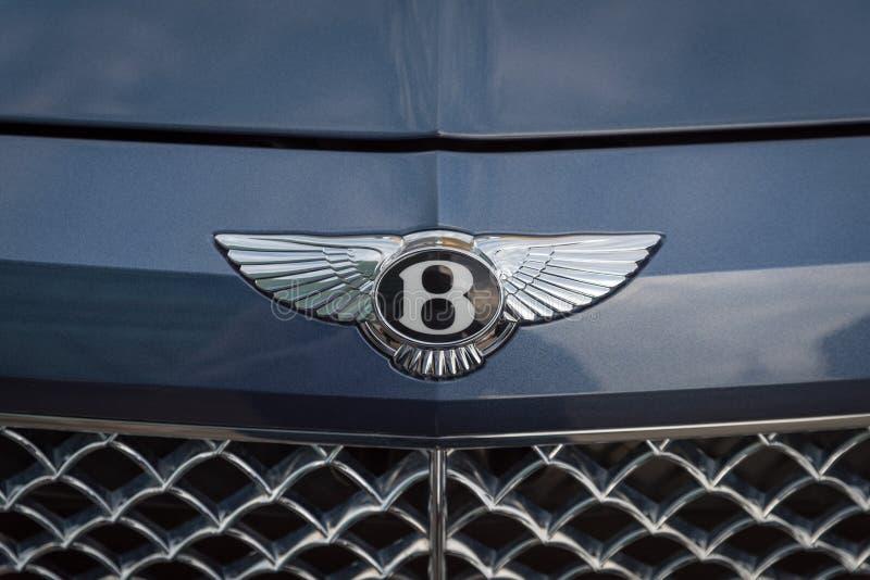 Κλείστε επάνω ενός λογότυπου Bentley στο μέτωπο του αυτοκινήτου Bentley στοκ εικόνα