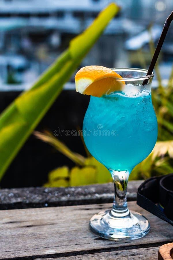 Κλείστε επάνω ενός μπλε ποτού κοκτέιλ σε συμπαθητικό στοκ εικόνες