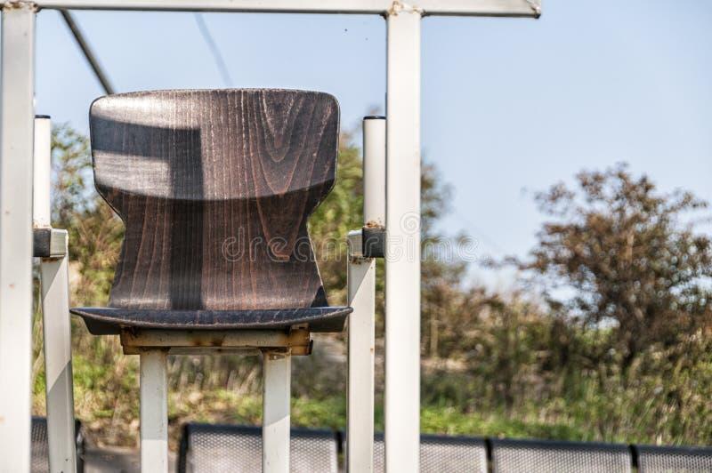 Κλείστε επάνω ενός ξύλινου καθίσματος κάδων στοκ εικόνες