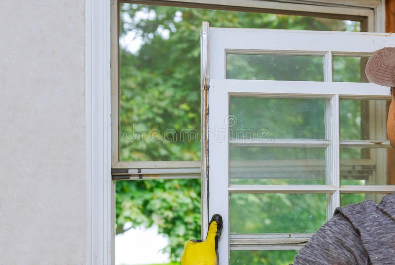 Κλείστε επάνω ενός παλαιού ξύλινου πλαισίου παραθύρων που είναι αντικατάσταση στοκ φωτογραφίες με δικαίωμα ελεύθερης χρήσης