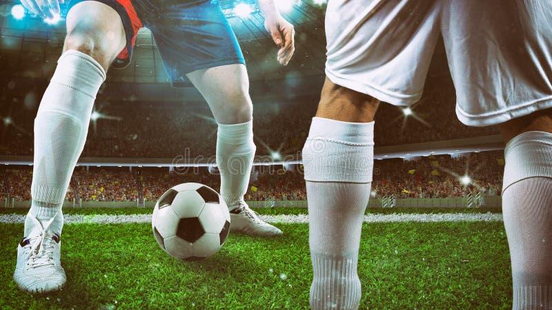 Κλείστε επάνω ενός ποδοσφαιριστή που κρατά τη σφαίρα για μια ροή στο στάδιο κατά τη διάρκεια της αντιστοιχίας νύχτας στοκ φωτογραφία