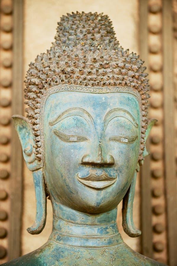 Κλείστε επάνω ενός προσώπου ενός αρχαίου αγάλματος του Βούδα χαλκού έξω από το ναό Hor Phra Keo σε Vientiane, Λάος στοκ φωτογραφίες με δικαίωμα ελεύθερης χρήσης