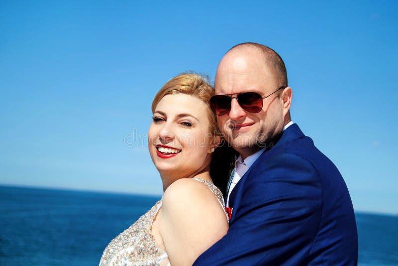 Κλείστε επάνω ενός συμπαθητικού νέου γαμήλιου ζεύγους στοκ εικόνα