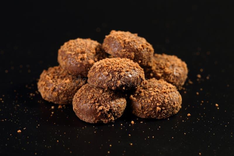 Κλείστε επάνω ενός σωρού των εύγευστων τραγανών μπισκότων καραμέλας που ντύνονται με τα μόρια σοκολάτας και μπισκότων γάλακτος στοκ φωτογραφία