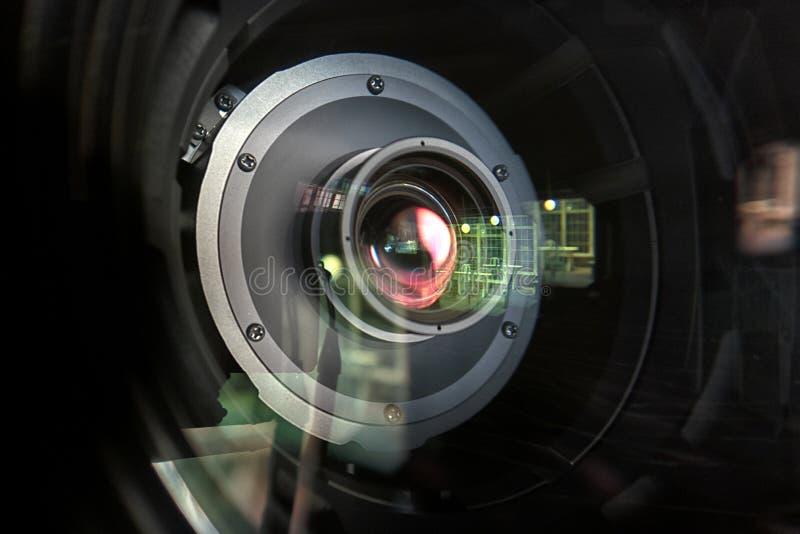 Κλείστε επάνω ενός τηλεοπτικού φακού σε ένα σκοτεινό υπόβαθρο στοκ φωτογραφίες