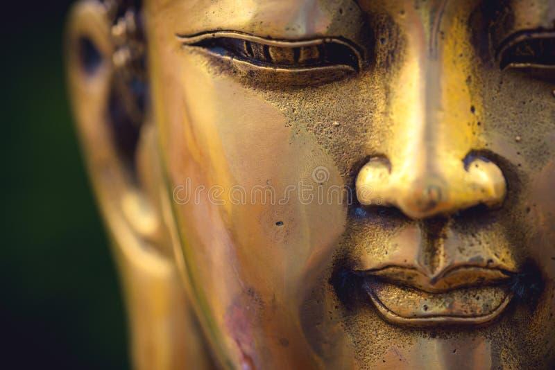 Κλείστε επάνω ενός χρυσού χρωματισμένου κεφαλιού του Βούδα στο μαύρο υπόβαθρο στοκ φωτογραφίες