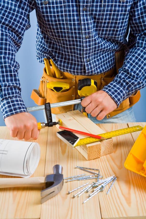 Κλείστε επάνω επάνω την όψη σχετικά με την εργασία του ξυλουργού στοκ εικόνα