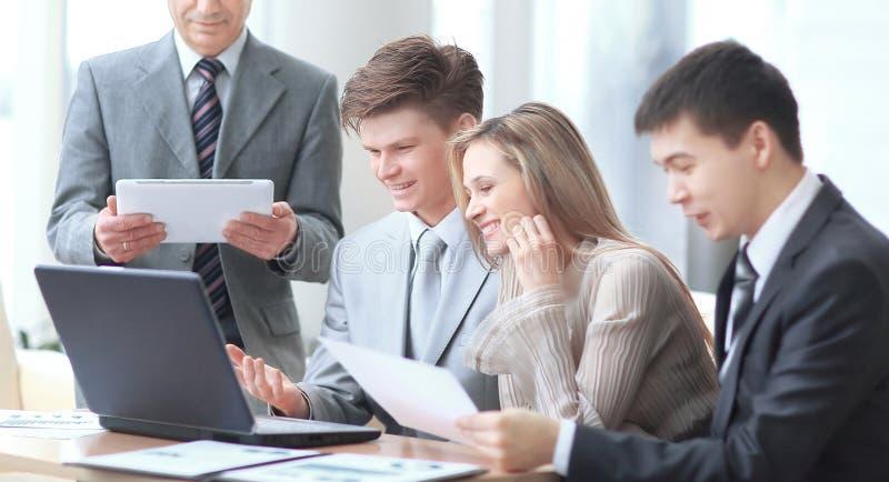 κλείστε επάνω επιχειρηματίας και επιχειρησιακή ομάδα που αναλύουν τα οικονομικά στοιχεία Φωτογραφία με το διάστημα αντιγράφων στοκ εικόνες