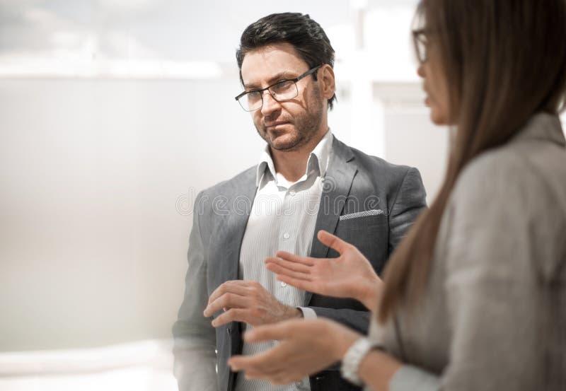 κλείστε επάνω επιχειρηματίας και επιχειρηματίας στην επιχειρησιακή παρουσίαση στοκ εικόνα