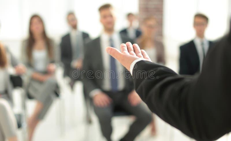 κλείστε επάνω επιχειρηματίας σε μια συνεδρίαση με την επιχειρησιακή ομάδα στοκ φωτογραφία