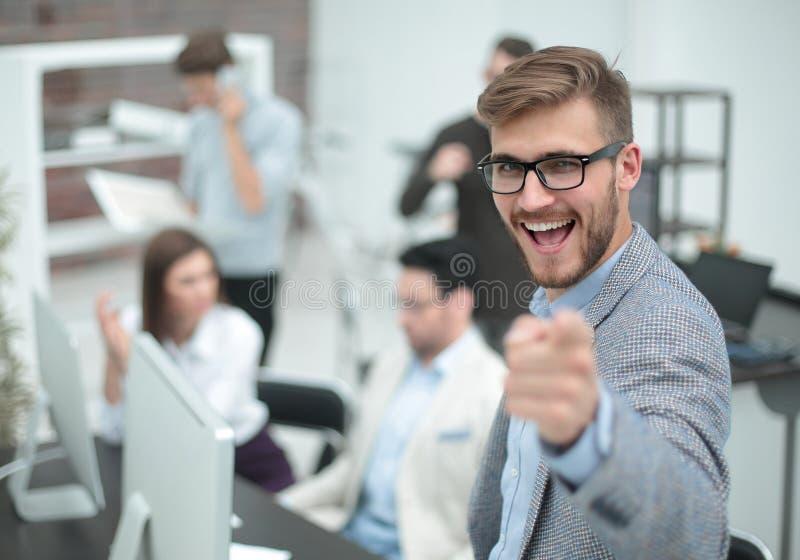 κλείστε επάνω ευτυχής επιχειρηματίας που δείχνει το δάχτυλο σε σας στοκ εικόνα