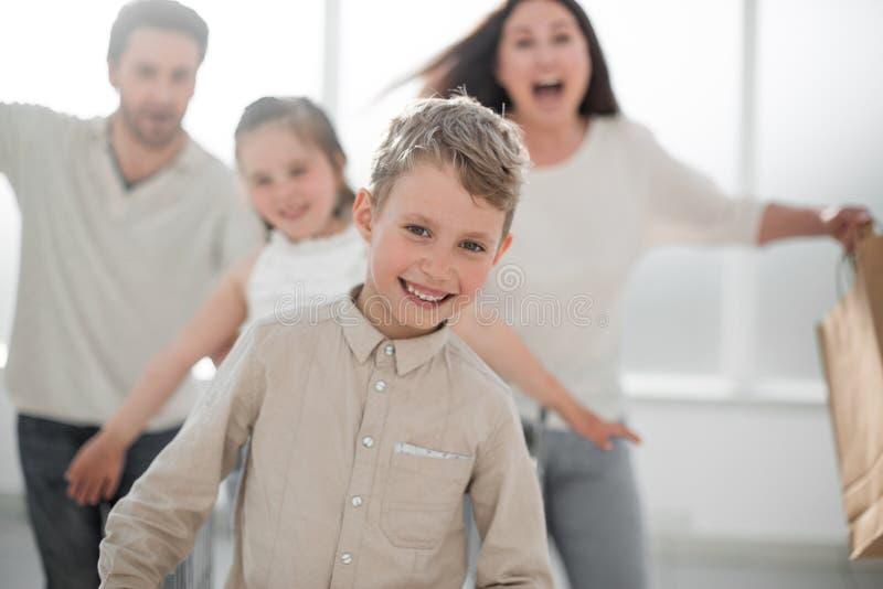 κλείστε επάνω Ευτυχής οικογένεια με τις αγορές στοκ εικόνα με δικαίωμα ελεύθερης χρήσης