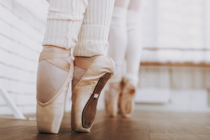κλείστε επάνω Κατάρτιση μπαλέτου των νέων κοριτσιών στο εσωτερικό στοκ εικόνες
