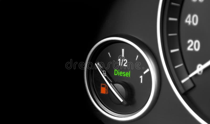 Κλείστε επάνω λεπτομερειών των σύγχρονων αυτοκινήτων εσωτερικών ταμπλό Επίπεδο καυσίμων Μηχανή diesel στοκ εικόνες